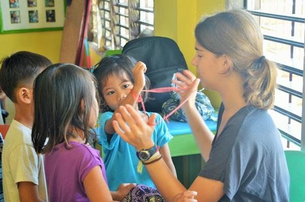 Projects Abroad vrijwilliger knutselt met kinderen op een Sociaal project in de Filippijnen