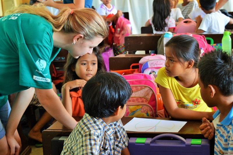 Vrijwilliger op een lesgeef project
