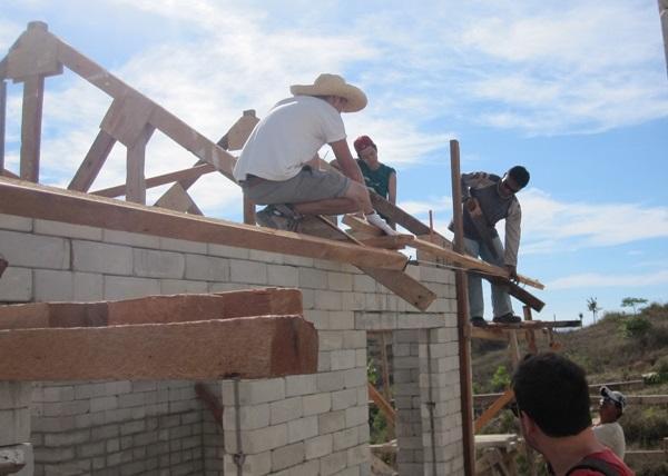 Projects Abroad vrijwilligers helpen met het bouwen van een dak op het Wederopbouw project in de Filippijnen