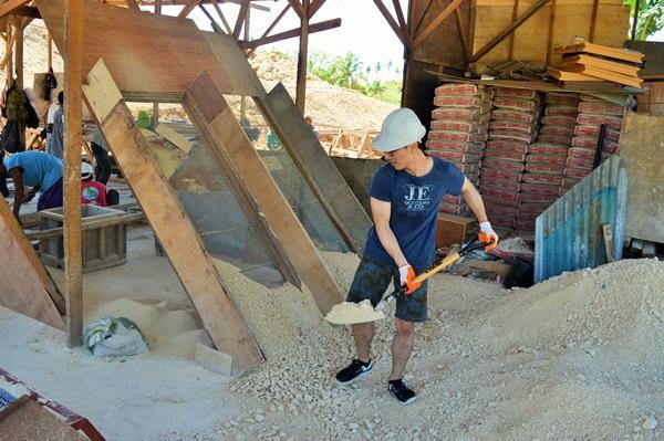 Projects Abroad vrijwilligers helpen mee met bouwen in de Filippijnen
