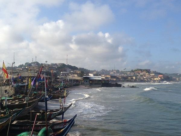 Uitzicht op een haven met daarachter de stad in Cape Coast, Ghana