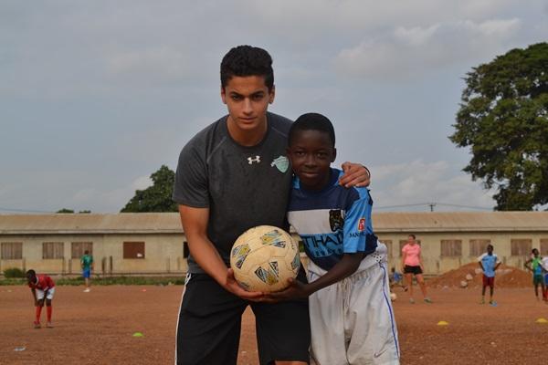 Projects Abroad vrijwilliger poseert met een jongen op een Sport project in Ghana