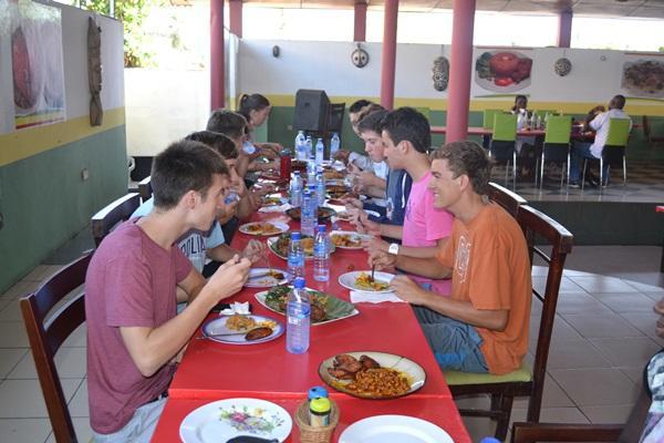 Projects Abroad vrijwilligers proberen voor het eerst de Ghaneese keuken