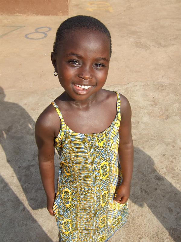 Ghanees meisje op het schoolplein bij een sociaal project