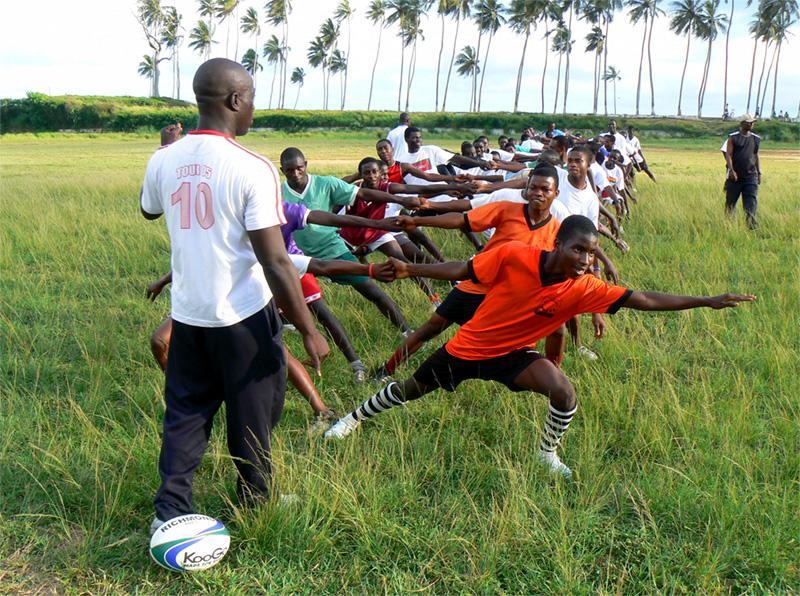 Groep Ghanese jongeren bereiden zich voor op een rugby training in Ghana