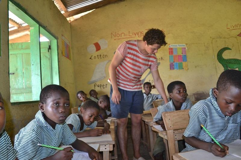 Projects Abroad vrijwilliger op een lesgeef project in Ghana