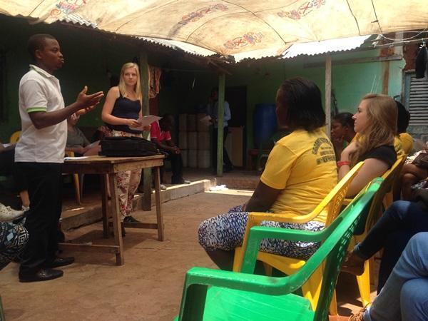 Projects Abroad vrijwilliger geeft een presentatie op een outreach voor het Mensenrechten project in Ghana