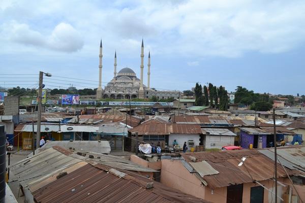 Een grote moskee in het stadje Nima, Ghana waar het Mensenrechten project van Projects Abroad is gevestigd