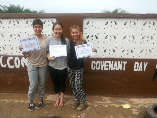 Projects Abroad vrijwilligers ontvangen een dankcertificaat na hun werk bij het Convenant Day Care Centre in Cape Coast, Ghana