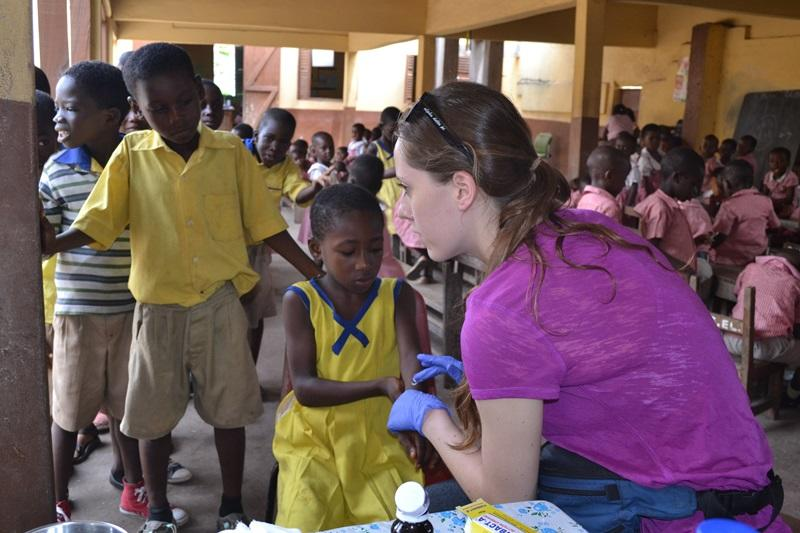 Projects Abroad vrijwilliger tijdens een medische outreach in Ghana