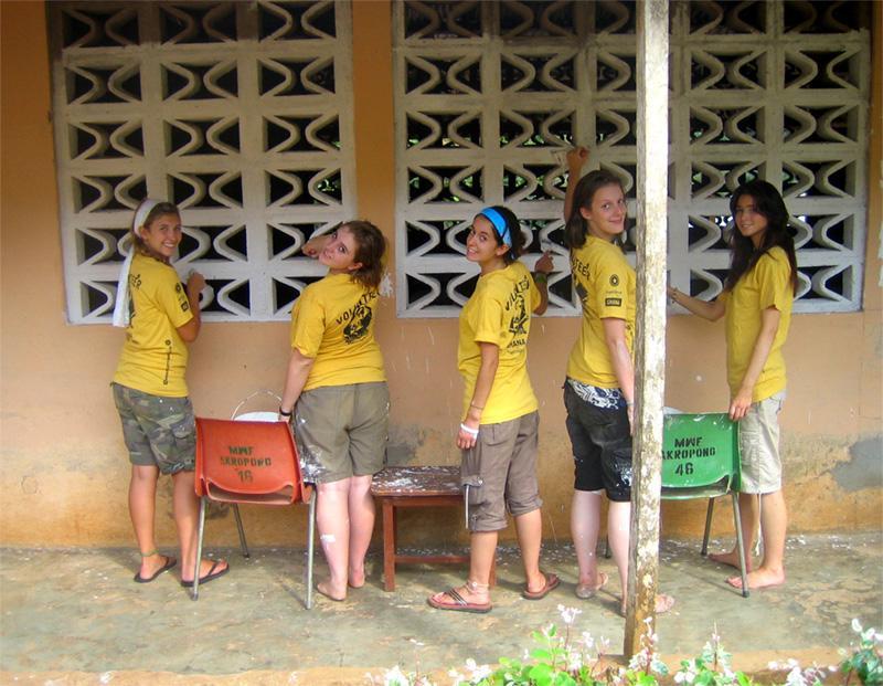 Projects Abroad jongerenreis vrijwilligers op een bouw project in Ghana