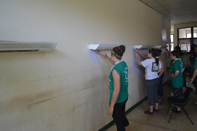 Projects Abroad vrijwilligers verven de pediatrie afdeling in het Cape Coast ziekenhuis in Ghana