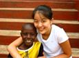 Projects Abroad Vrijwilliger met het broertje uit haar gastgezin in Ghana