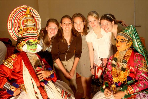 Projects Abroad vrijwilligers bij een traditionele theater voorstelling in India