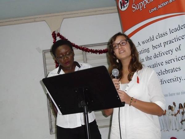 Projects Abroad vrijwilliger op het HIV project geeft een presentatie op Wereld HIV dag