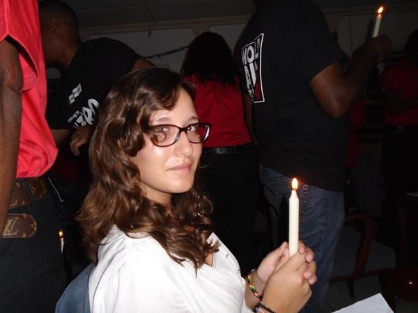 PProjects Abroad vrijwilliger tijdens een kaarsenceremonie voor slachtoffers van AIDS op het HIV project in Jamaica