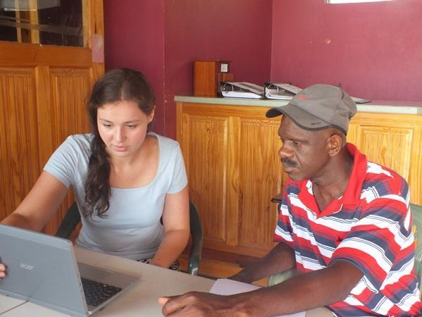 Projects Abroad vrijwilliger helpt een lokale man met een rampen voorbereidingsplan bij het Disaster Management project in Jamaica