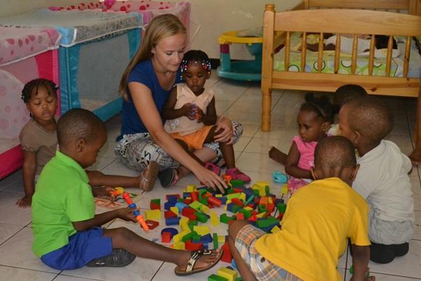 Projects Abroad vrijwilliger uit Frankrijk speelt met kinderen op een Sociaal project in Jamaica