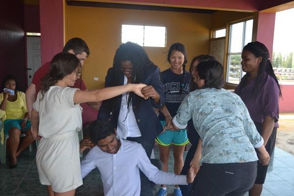 Vrijwilligers tijdens een jongerenreis in Jamaica spelen spelletjes als teambuilding