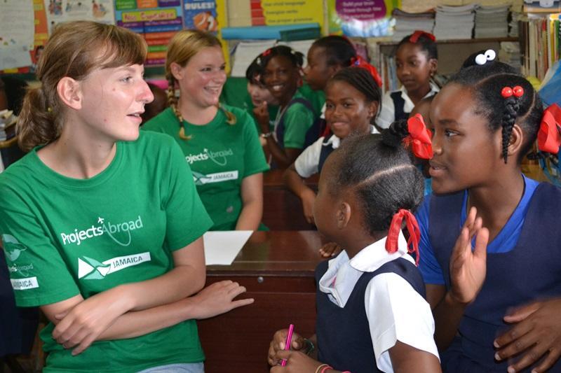 Bouw vrijwilligers praten met de leerlingen van lokale basisschool