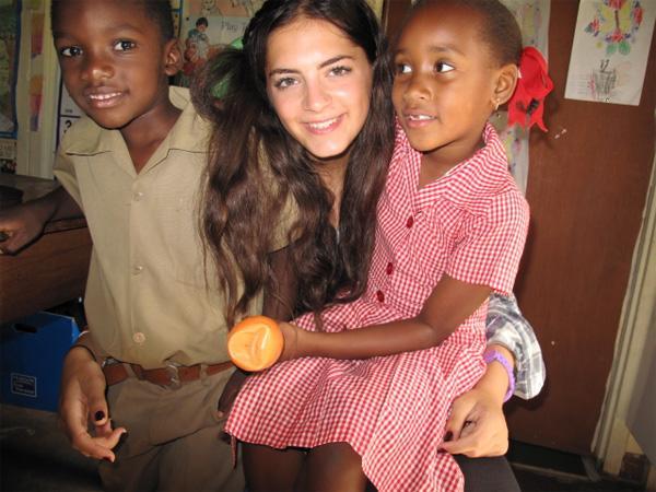 Projects Abroad vrijwilliger met twee kindjes op een sociaal project in Jamaica