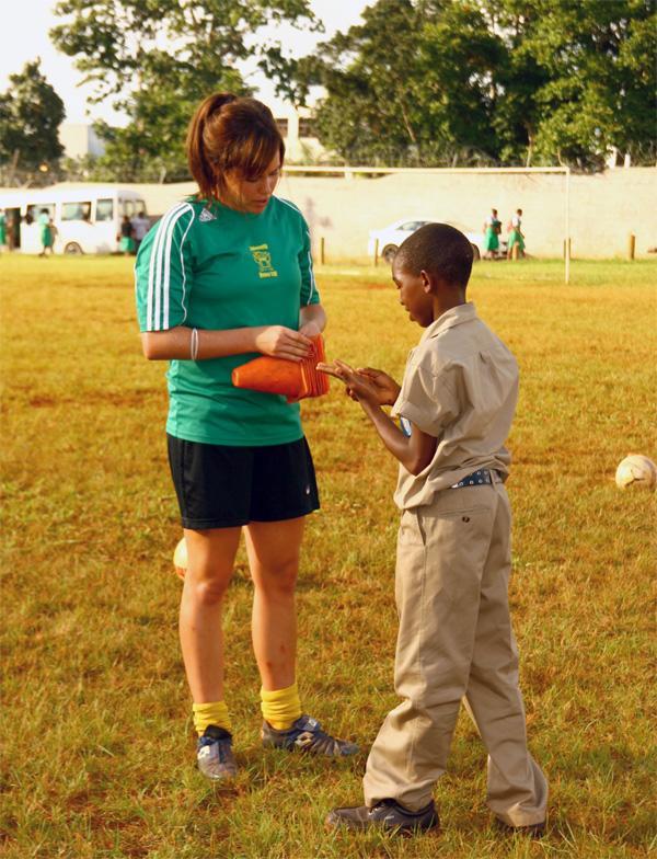 Projects Abroad vrijwilliger met een leerling bij het sport project in Jamaica