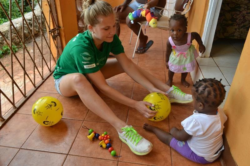 Projects Abroad sociale zorg vrijwilliger speelt met Jamaicaanse kinderen