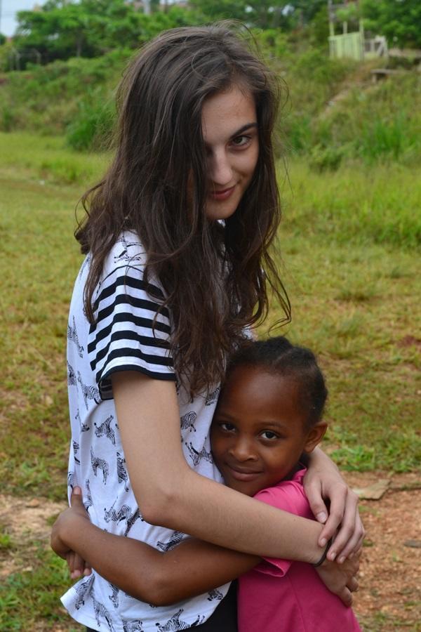 Projects Abroad Jongerenreis vrijwilliger werkt met kinderen tijdens een zomerkamp in Jamaica