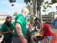 Vrijwilligers geven daklozen in Jamaica te eten tijdens een outreach in Mandeville