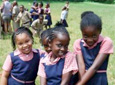 Vier Jamaicaanse schoolkinderen in uniform in Jamaica