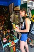 Projects Abroad Jongerenreis vrijwilliger koopt lokale souvenirs van een rasta man op de Ocho Rios markt in Jamaica