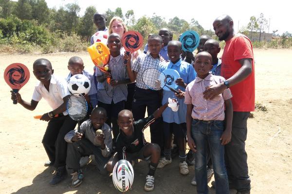 Een groep jongens poseert met sportmateriaal bij het sport project in Nanyuki, Kenia