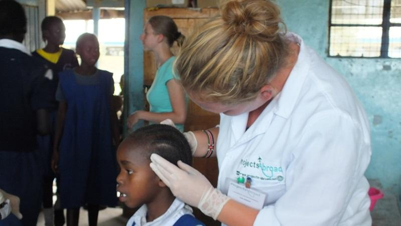 Vrijwilliger van Projects Abroad in Kenia tijdens een medische outreach