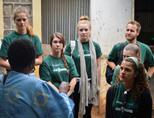 Vrijwilligers worden voorafgaand aan de outreach in Kenia ingelicht