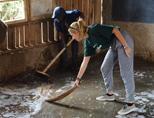 Schoonmaken tijdens een outreach in Kenia