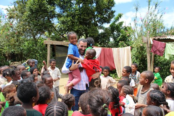 Een Projects Abroad medewerker speelt spelletjes met lokale schoolkinderen in Andasibe village in Madagaskar