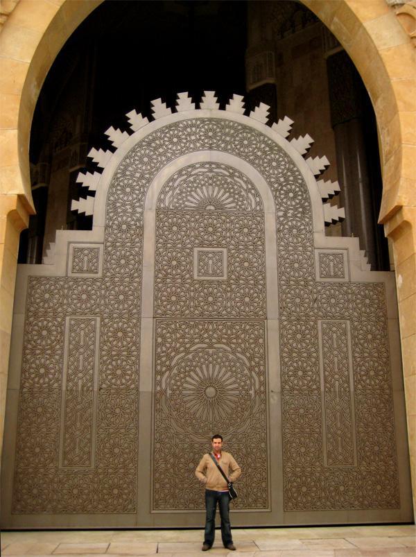 Deur van de Hassan II Moskee in de Marokkaanse stad Casablanca