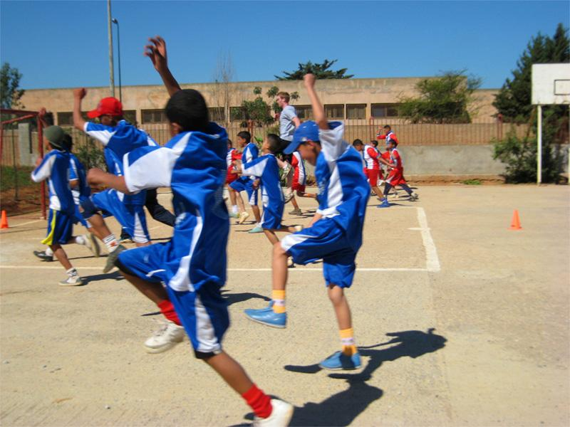 Projects Abroad vrijwilliger met Marokkaanse voetballers op het gymles project