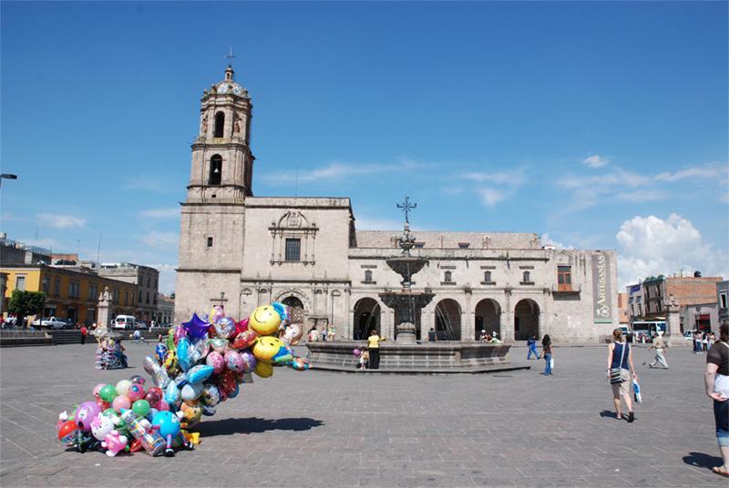 Ballon verkoper op een plein in Mexico