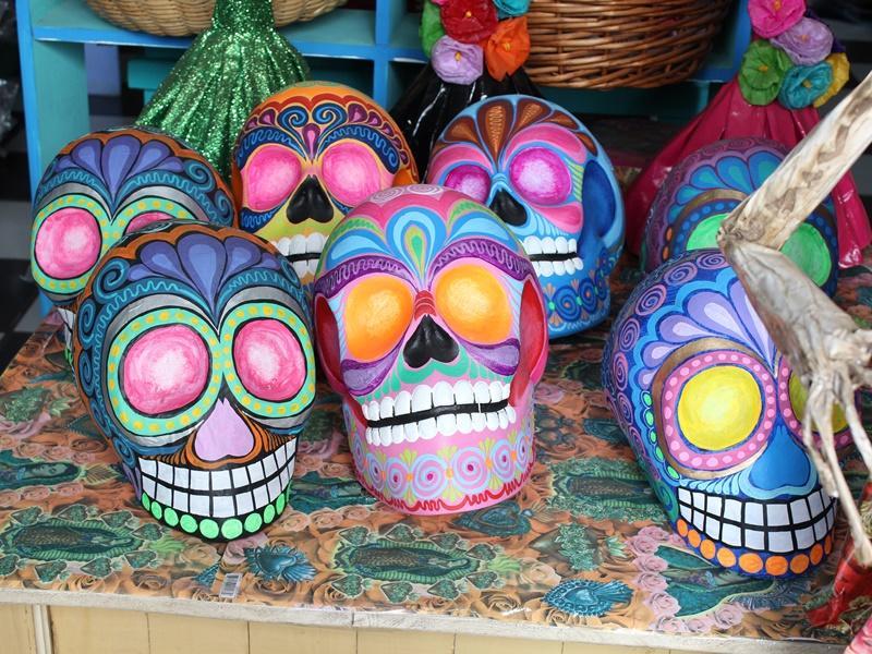 Verschillende gekleurde suiker schedels in Mexico