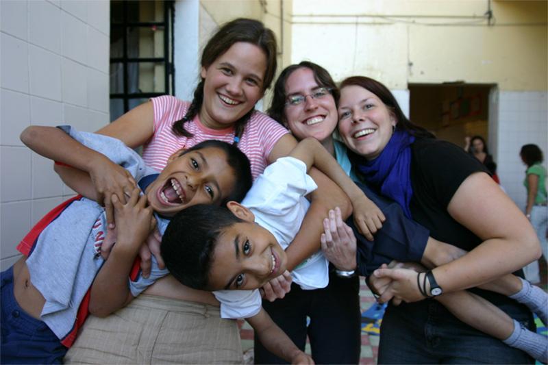 Projects Abroad vrijwilligers met Mexicaanse kinderen in een weeshuis