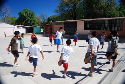Projects Abroad vrijwilliger in Costa Rica tijdens warming up bij sportproject