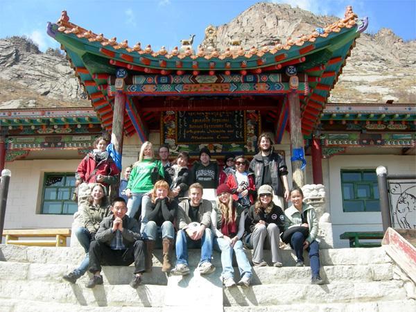 Groep Projects Abroad vrijwilligers bij een tempel in Terelj
