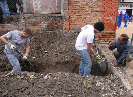 Vrijwilligers in Nepal bij bouwproject voor scholen