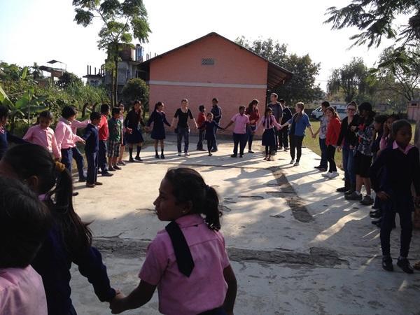 Kinderen nemen deel aan een medische outreach georganiseerd door Projects Abroad vrijwilligers in Nepal