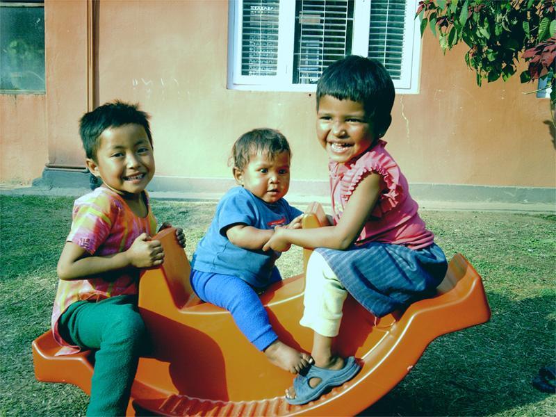 Nepalese kinderen spelen buiten bij een sociaal project in Nepal