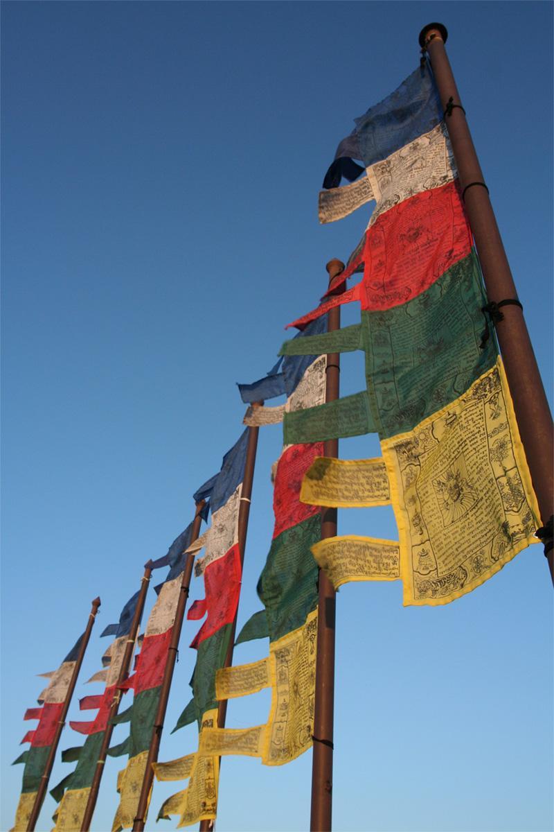Gebedsvlaggen wapperend aan een vlaggenstok in Kathmandu, Nepal