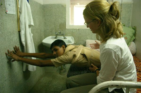 Projects Abroad vrijwilliger tijdens een stage op het fysiotherapie project in Nepal