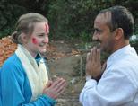 Een vrijwilliger op het bouwproject in Nepal wordt bedankt
