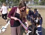 Een vrijwilliger deelt tandenborstels uit aan de kinderen in Nepal